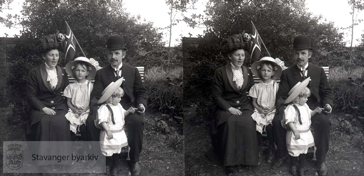 Nicoline og Michael Eckhoff med barna sine Borghild og Christian...Stereofotografi..