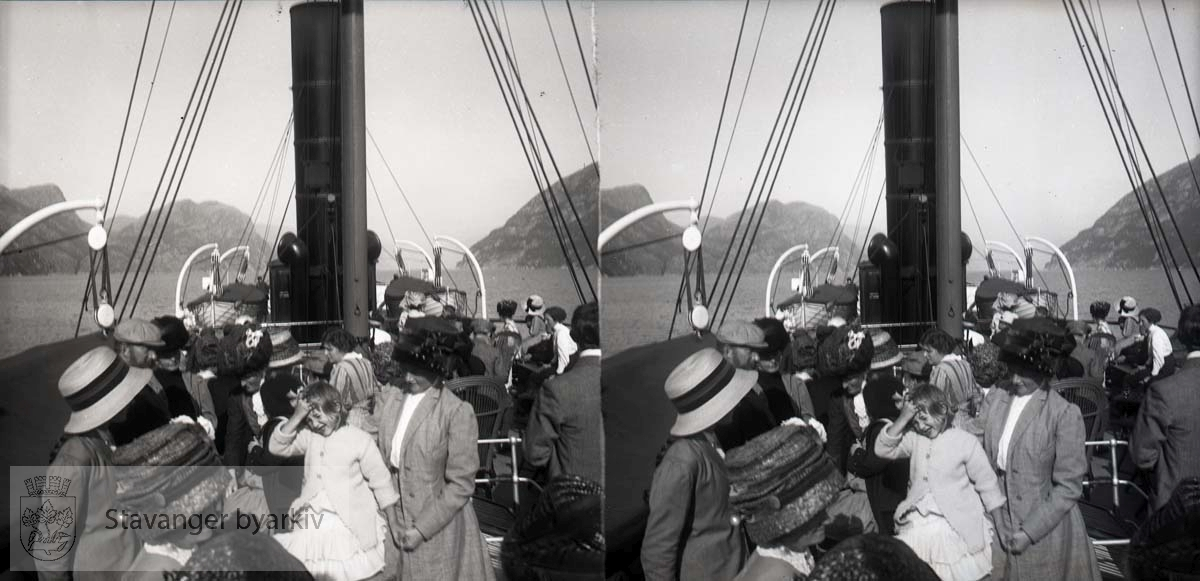 Familien Eckhoff og noen til på tur i Lysefjorden??..Stereofotografi..