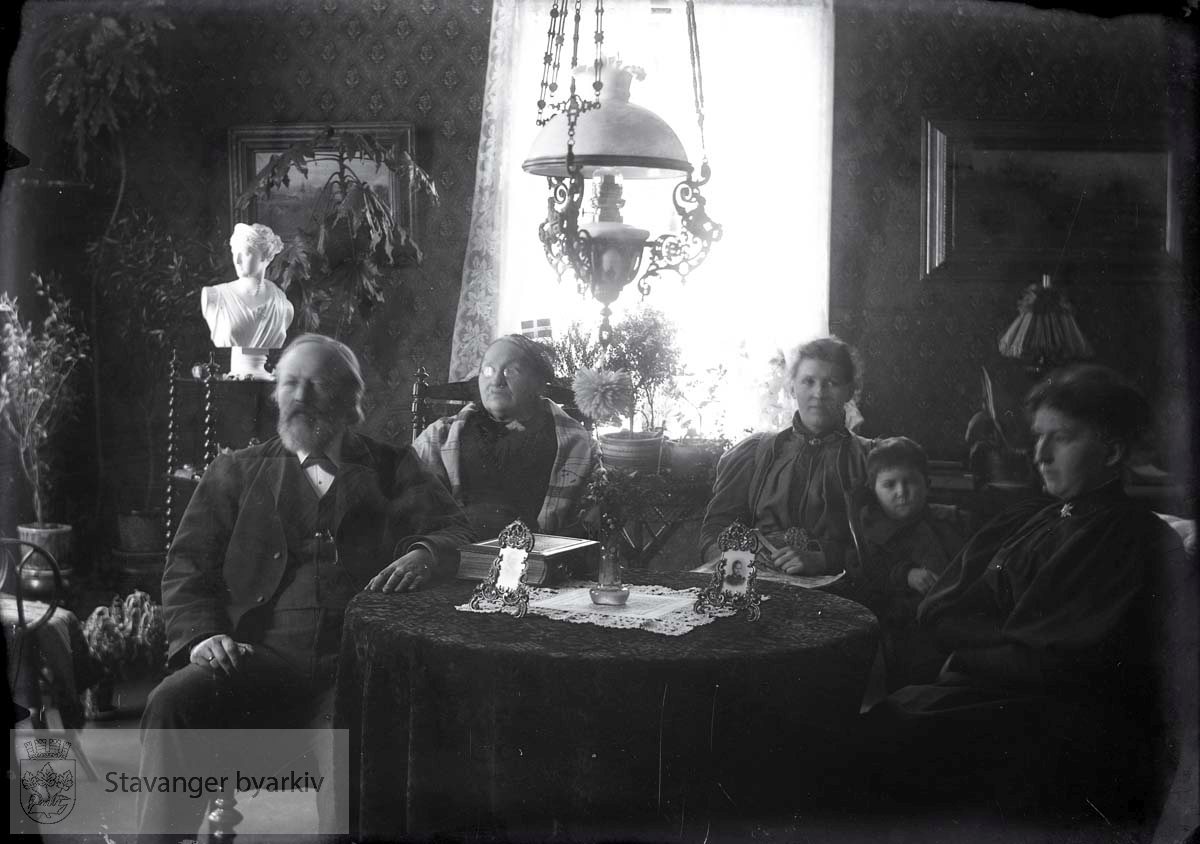Deler av familien samlet ved stuebordet