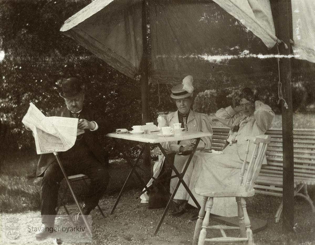 To kvinner og en mann. Larviks Bad, juni/juli 1907