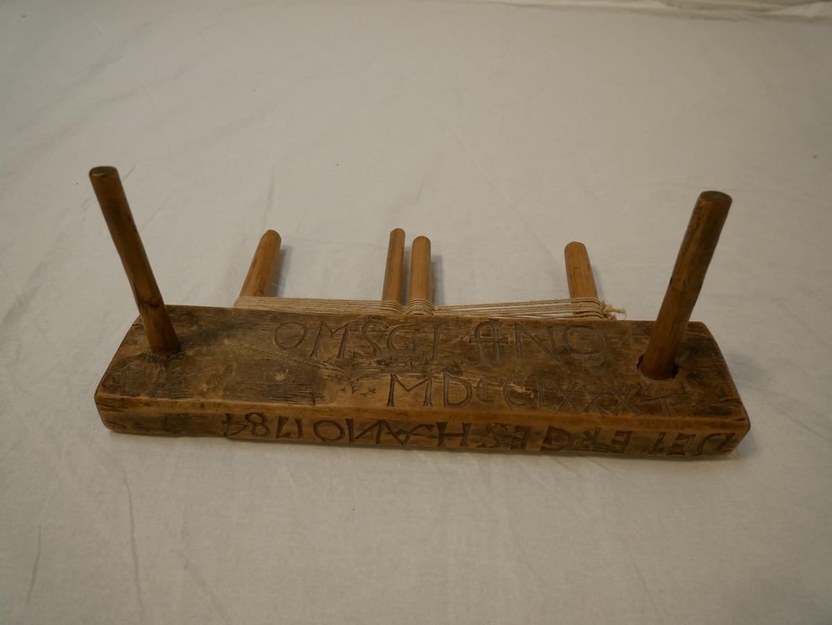 Form: Rektangulær stokk med 6 pinnar. (utstikkande)