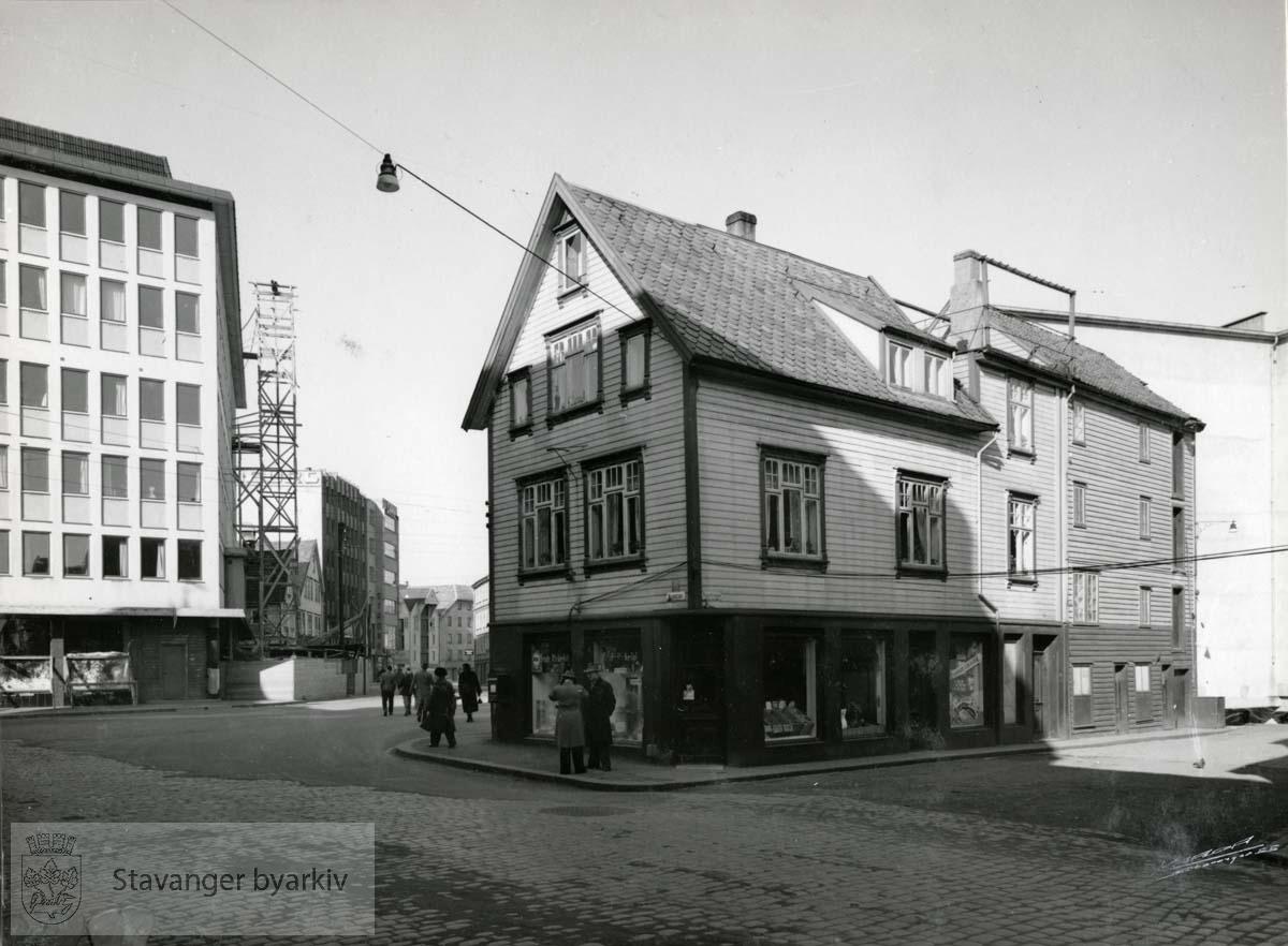 Revet august 1956. Til venstre: Stavanger Aftenblads nybygg. Til høyre lå Bakerbryggen..(Finnes også som BySt020_0018)
