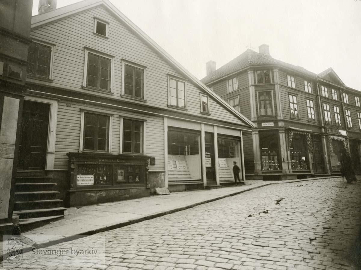 Stenbergs hus med Opsangers bokhandel i Kirkegata 3 nærmest. Kirkegata 1 lengst vekk..Helt til venstre ser man såvidt hjørnet på Kirkegatens Kinematograf i Kirekgata 5.