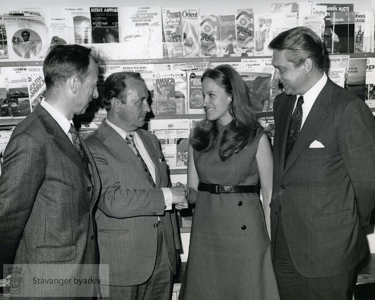 """Vedlagt bildetekst:..Stavanger's Mayor, The Honorable A. Rettedal, second from left stops in at the """"ASK MR FOSTER"""" Agency, 50th Street near Fifth Avenue, New York City and says hello to Lisa Zug, Mangaer of the agency. The Mayor was on a whirlwind tour of the Eastern United States to promote travel to Stavanger, Norway's second coastal gateway city and third national geteway. Looking on are: left Financial Advisor to the Mayor, Mr. K. Knutsen, and extreme right, Mr. Neal Oftedal, SAS Agency and Interline Manager. SAS operates non-stop services between New York and Stavanger."""