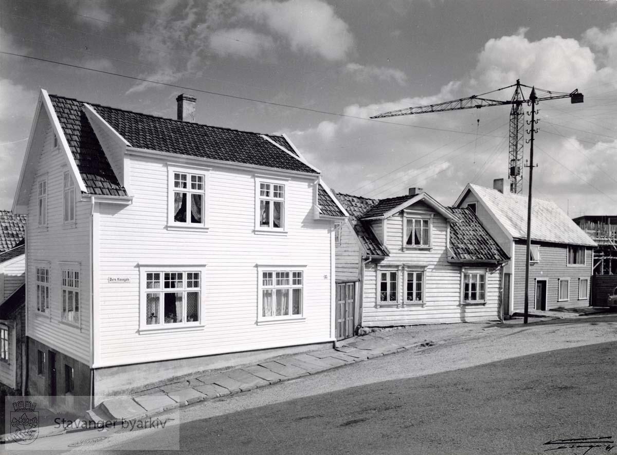 Fra venstre: Øvre Kleivegate 35, 33 (revet februar 1962) og 31