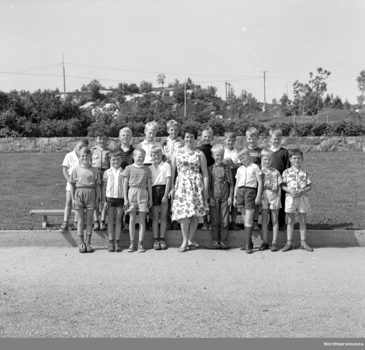 Dette er ikke 1.klasse, men heller 2.  Vi hadde Magnhild Halse som lærer fra 2. til 6. klasse. (Info:  John Arne Røsand)  - Gruppefoto av en klasse ved Nordlandet skole 1966. Fotograf er Nils Williams. Fra Nordmøre museums fotosamlinger.