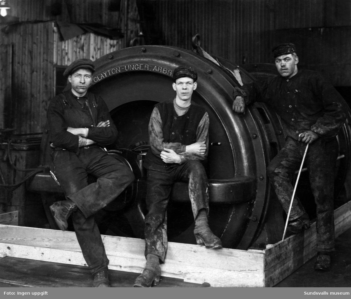 Arbetare vid Svensk Papp (platsen för nuvarande sporthallsbadet). Företaget tillverkade kartongmaterial och drevs fram till 1923. Längst till höger Ivar Bergström (f. 1899 d. 1979)