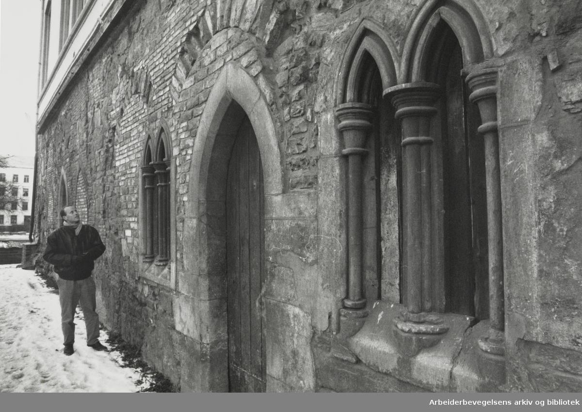 Gamlebyen. Middelalderparken. Bisp Nikolas borg. Desember 1989