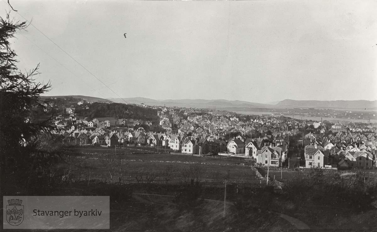 Byfjorden i bakgrunnen.