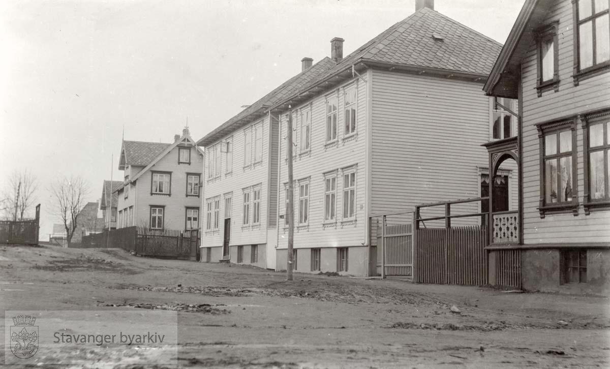 I høyre bildekant Nedstrandsgata 17; videre Sandsgata nr. 48 og 46, deretter Storhaugveien 32