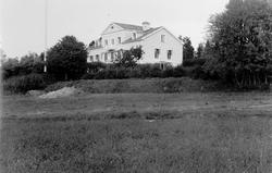 Exteriörer från Bergsåkers gård. Fotografier hämtade ur albu