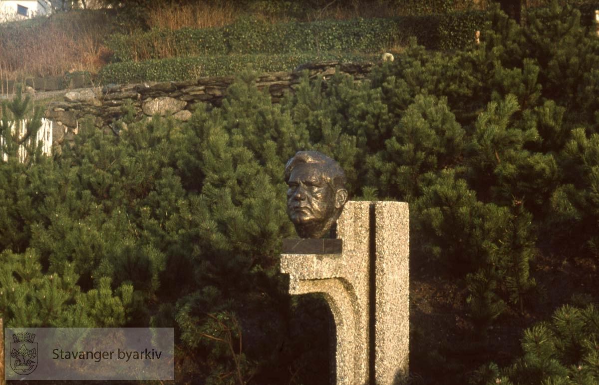 Theodor Dahl, byste av Hubert Wilfan