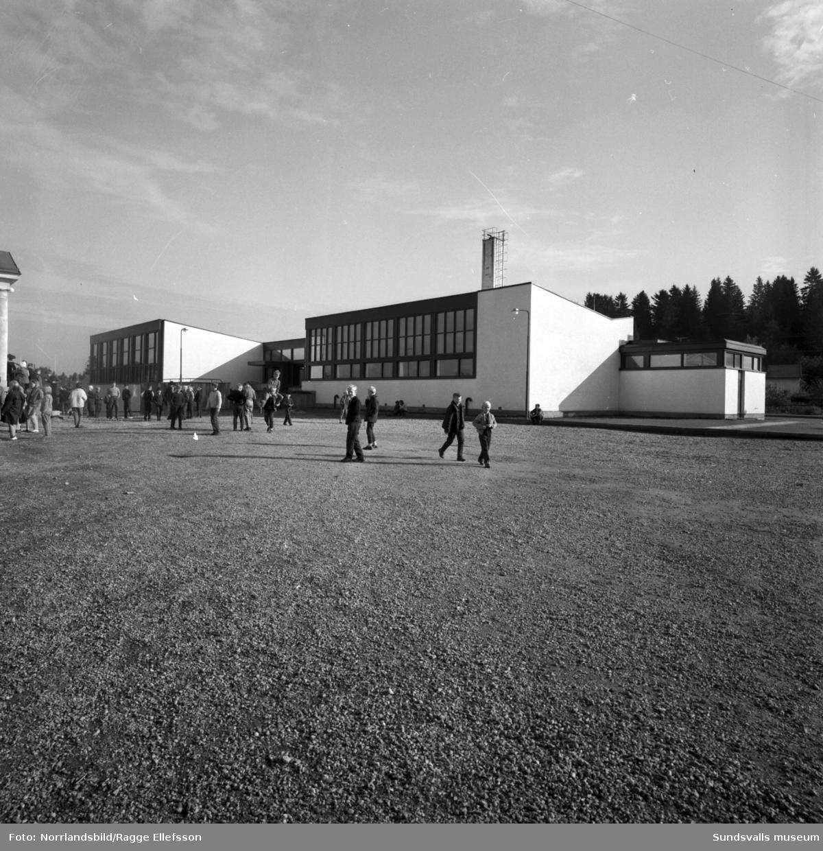 De modernare byggnaderna på Gångvikens skola, på skolgården framför syns en hel del barn som är ute på rast.