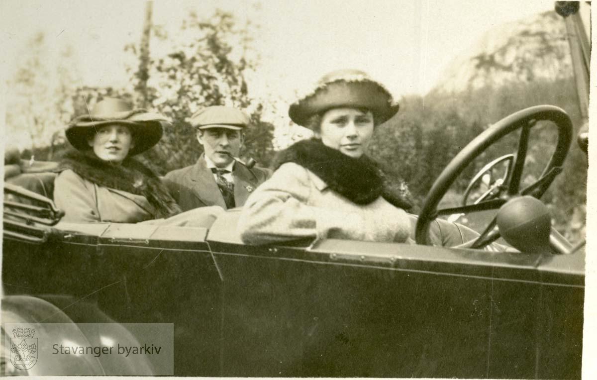 På biltur, kvinne bak rattet, par i baksetet