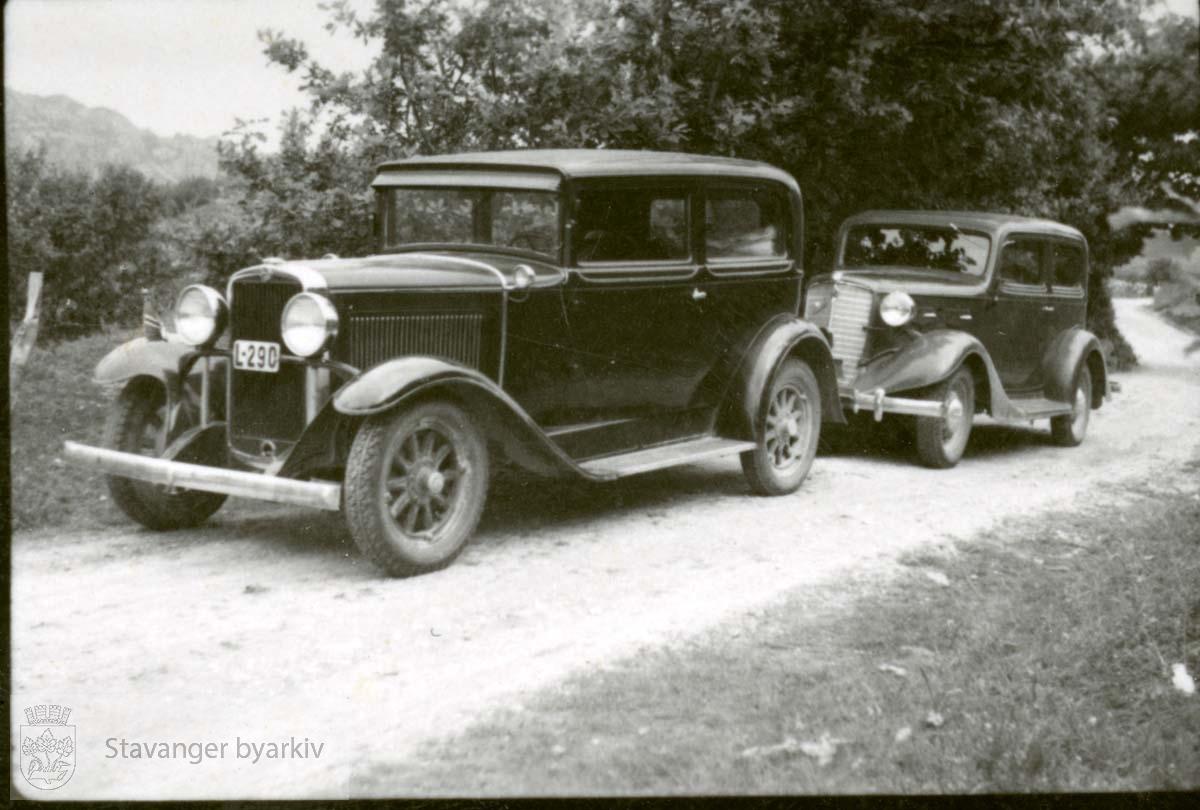 To biler langs grusvei