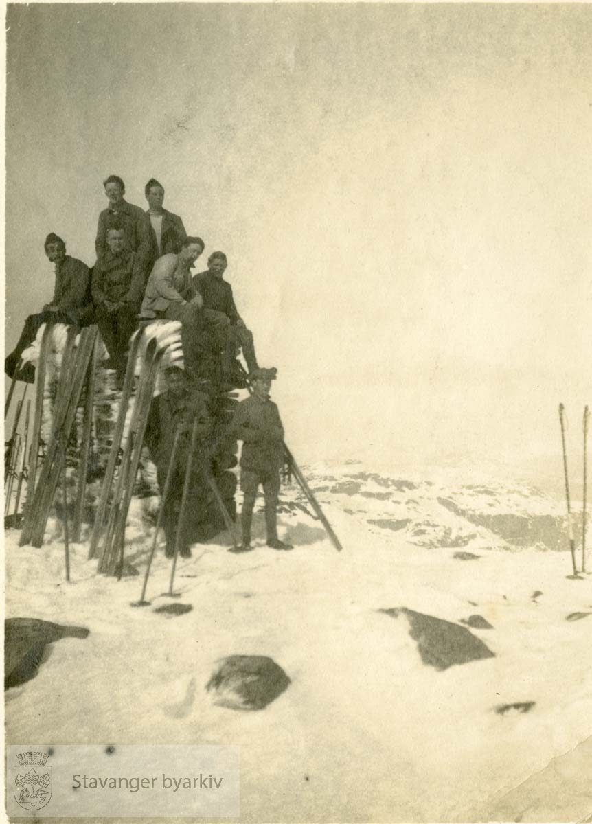 Skiløpere sitter på en varde