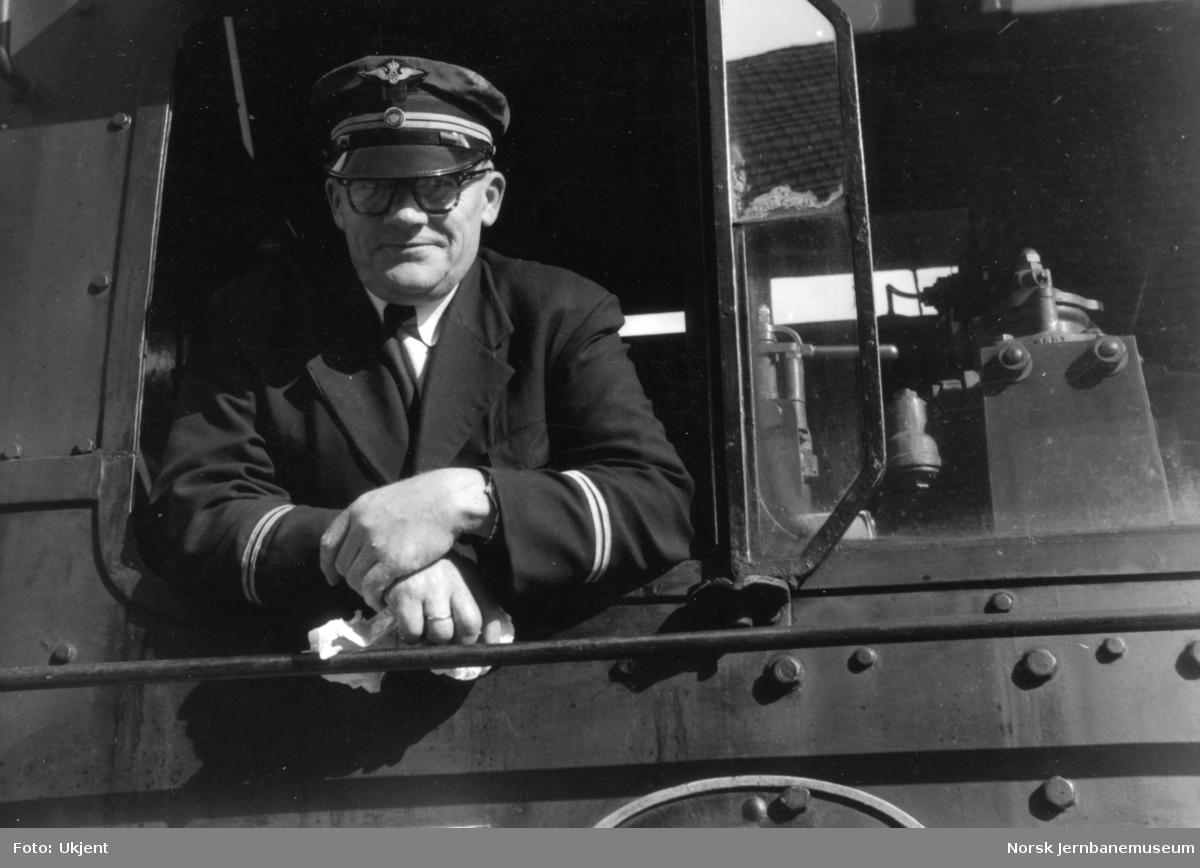 Lokomotivfører Ingvald Håkonsrud på førerplassen i damplokomotiv type 45a nr. 4.