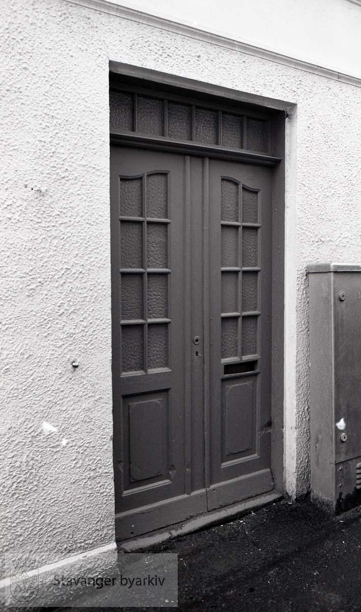 Inngangsdør på siden, i smauet mellom nr. 14 og 16