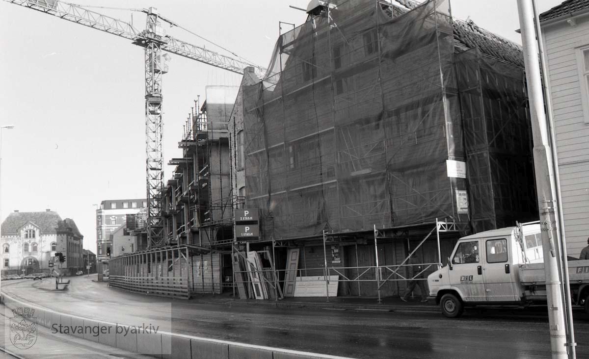 Skagen Brygge Hotell under oppføring.Tollboden i bakgrunnen