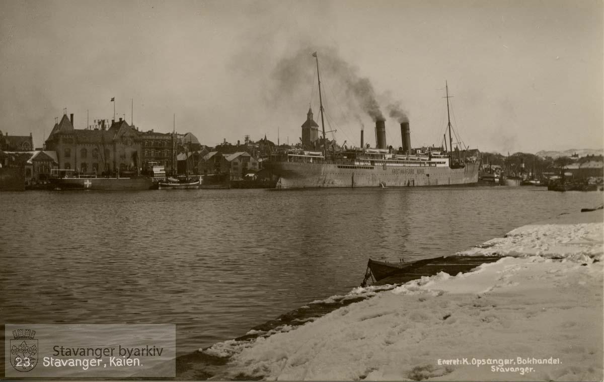 """Vågen sett fra nordligste pynten på Strandkaien, mot Skagenkaien. Skipet """"Kristianiafjord Norge"""" til kai."""
