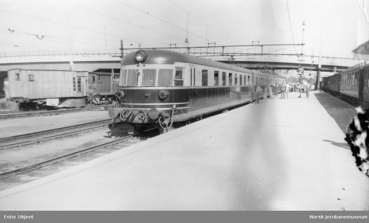 Motorvognsett type 106 (senere 66) på Drammen stasjon. Til høyre tog fra Vestfoldbanen med smalsporet materiell.