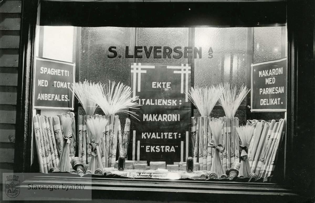 Spaghetti og makaroni..Leversen skriver i album:.Det første utstyr efter Hamburgerturen [sic].Flott salgsvirkning