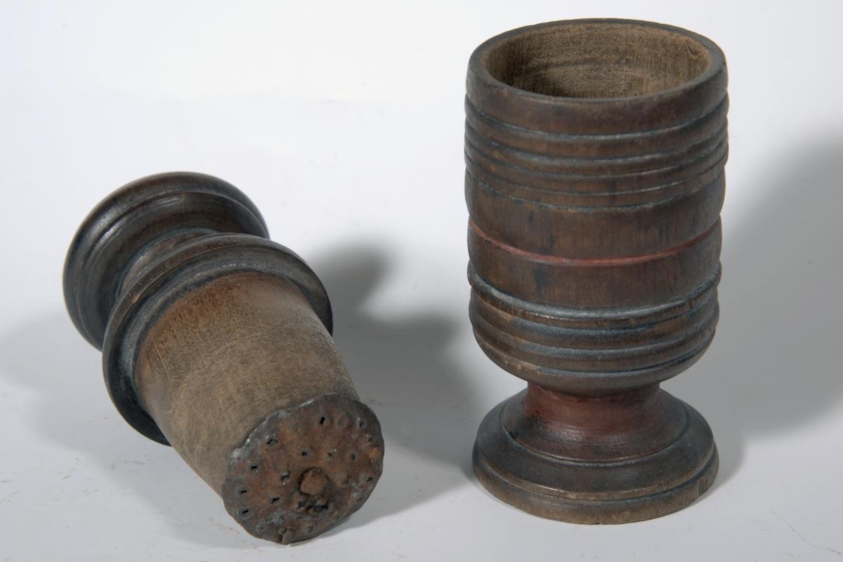 A: og B: Sirkelform, A: Beholder, i bunnen løst jernstk. m/ujevn overflate. B: Støter, med påsatt jernstk. som A