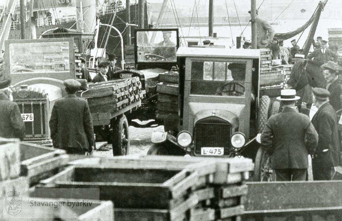 Lastebiler ved kaien
