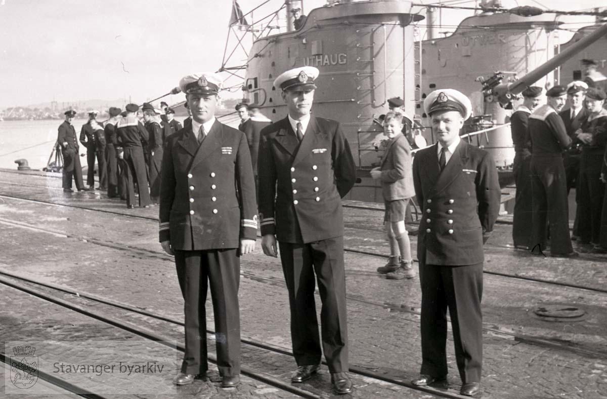 """Vågen .Offiserer på kaien. .U-båtene heter """"Uthaug"""", """"Utvær"""" og """"Utstein""""."""