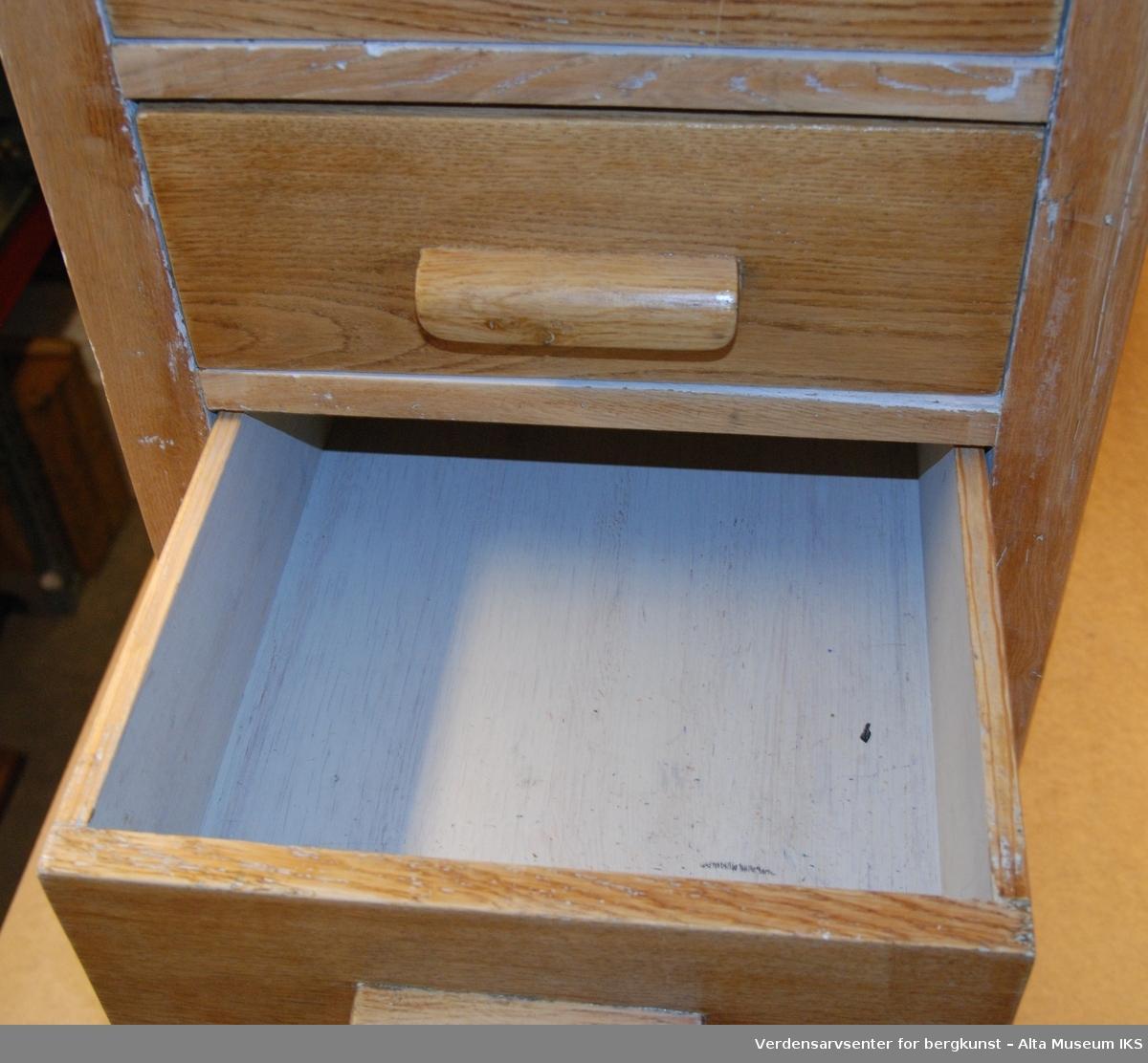 Sammensatt av to skuffereoler, hver med 4 skuffer og en bordplate.