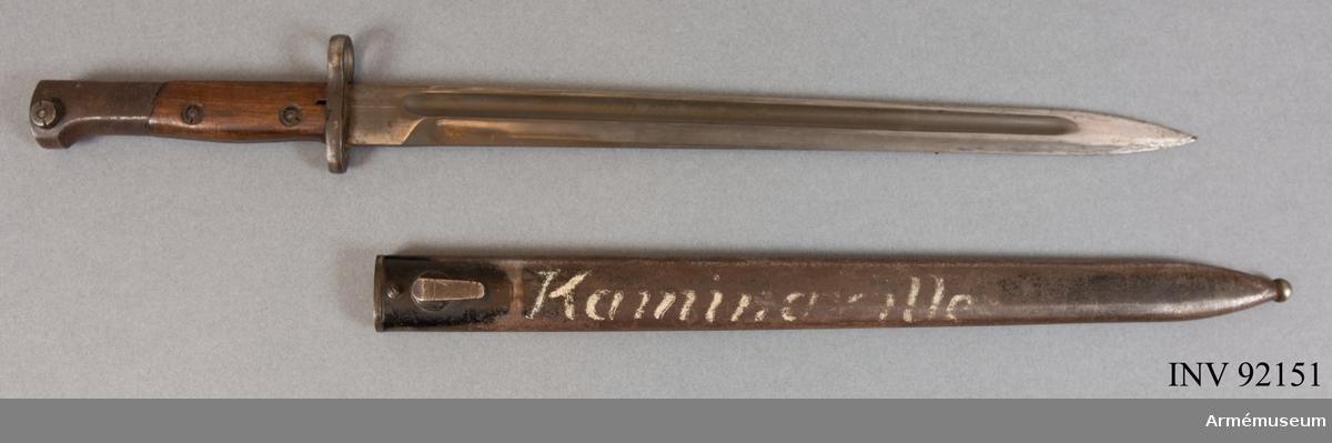 """Banjonetten är en belgisk FN (Fabrique Nationale) m/1924 export. Den var applicerbar på bland annat Fabrique Nationale m/1924 gevär och Gewehr 98. Bajonetten härrör troligen från ett katangesiskt vapen och är märkt """"Kaminaville"""" som i det här fallet syftar på anfallet mot basen i Kaminaville på nyårsafton 1962. Det katangesiska gendarmeriet skulle avväpnas och tryckas tillbaka av både svenska och ghanesiska trupper. I det stora hela var det här en del av Operation Grandslam 28 december 1962 till och med 15 januari 1963. I och med operationen kunde det katangesiska upproret stoppas och FN återtog kontrollen över området. Motståndarsidan, det katangesiska gendarmeriet, stöddes av belgiska legosoldater och hade delvis också belgiska vapen och amerikanska pansarbilar till sitt förfogande."""