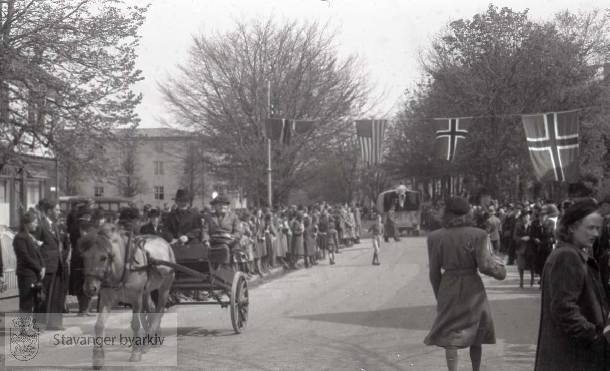 Tatt kort tid etter frigjøringen fra okkupasjonen , .2. verdenskrig..Fredsdagene 1945..Militærparade gjennom sentrum..Norske og amerikanske flagg..