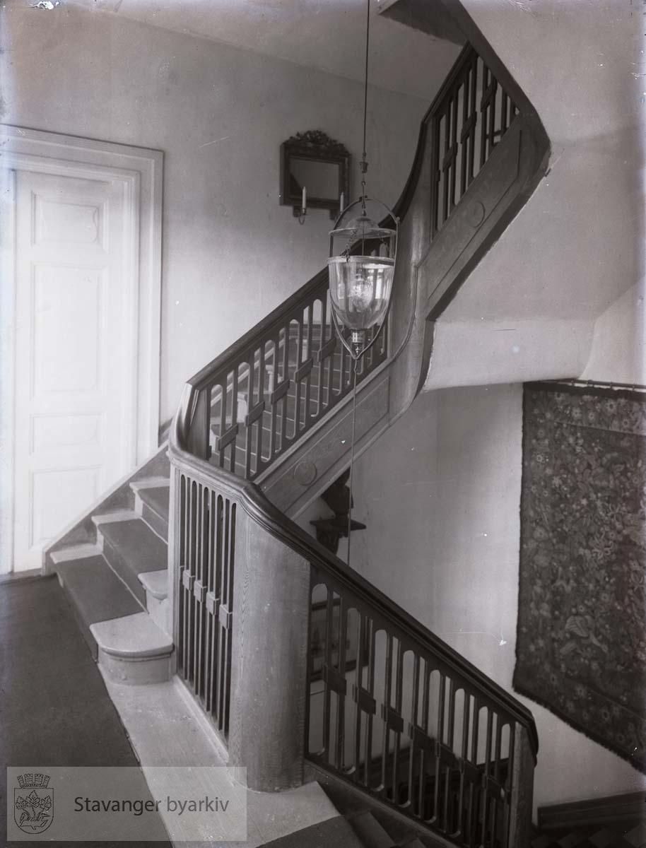 Trappen opp fra trappehallen. Veggteppe eller gobelin t.h.