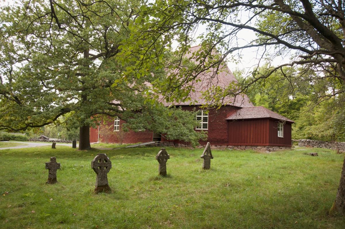 Miljön runt Seglora kyrka på Skansen skapades i samband med att kyrkan flyttades hit från Seglora socken, Marks härad i Västergötland 1916. Kyrkogården som anlagts runt kyrkan på Skansen har anpassats efter terrängen, men har byggts efter mönster av den äldre delen av kyrkogården i Seglora.   Kyrkogårdsmuren är en kopia uppbyggd av samma karakteristiska skiffriga gnejs från orten. De båda stigluckorna är kopior av de som fanns på platsen, och har i stort sett samma placering i förhållande till kyrkan som de hade på plats i Västergötland, gångsystemet är dock förändrat med anledning av platsens förutsättningar på Skansen.   På kyrkogården finns tre gravstenar från Seglora. Två av dem är från 1600- och 1700-talet, som hittades i tornets grund och trappa vid flytten till Skansen. Den tredje är medeltida från 1100-talet.  I östra delen av kyrkogården står fyra kors från Rackeby kyrka i Västergötland.  Utanför kyrkogårdsmuren, vid västra porten, finns straffredskap placerade; en spöpåle med halsjärn från Ilsbo i Hälsingland samt en straffstock som är en kopia av en straffstock i Nordiska museets samlingar från Ukna kyrka i Småland. Här finns också en fattigbössa av järn uppsatt i en träställning med sadeltak. Fattigbössan kommer från Grisslehamn i Uppland.