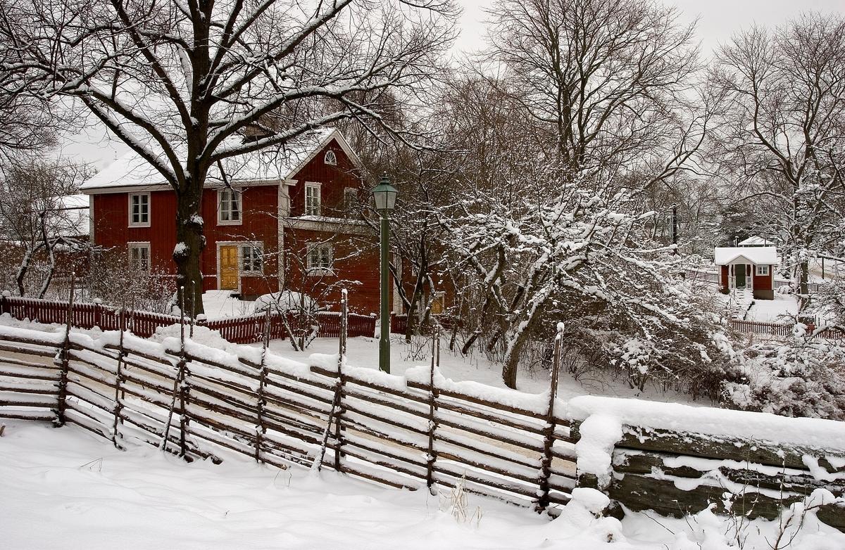 Vinterlandskap på Skansen. I bakgrunden Posthuset och en kolonistuga, Skansen