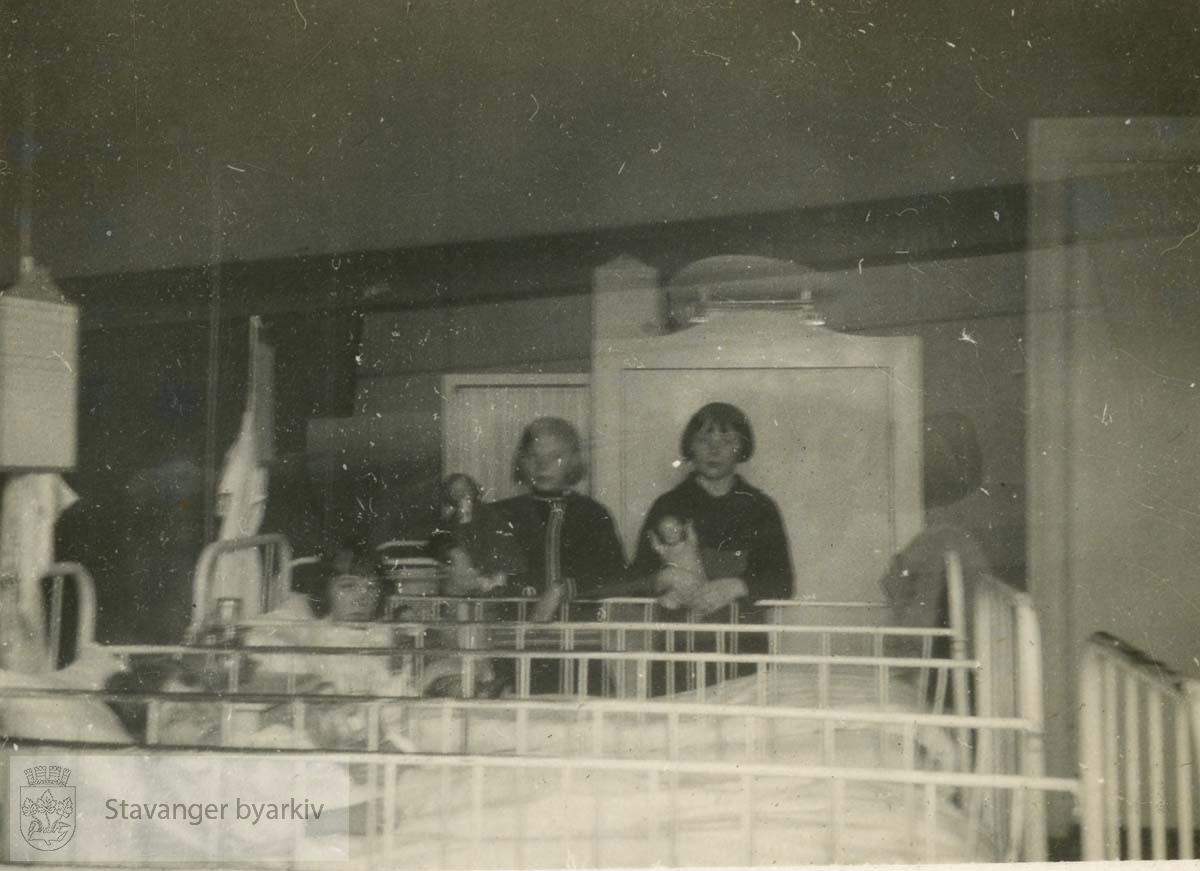 Barnestuen...Fra fotoalbum fra Dr. Dahls klinikk. Det tilhørte oversøster Sigrund Olsen. Dr. Eyvin Dahl drev klinikk i Birkelandsgata 2 i årene 1928-1931. Klinikken ble nedlagt da det ikke var mulig å få offentlig støtte. Eyvin Dahl var fra 1937 til sin død i 1962 stadsfysikus i Stavanger. Politisk tilhørte dr. Dahl arbeiderbevegelsens venstre fløy. Etter krigen sluttet han seg til kommunistpartiet.