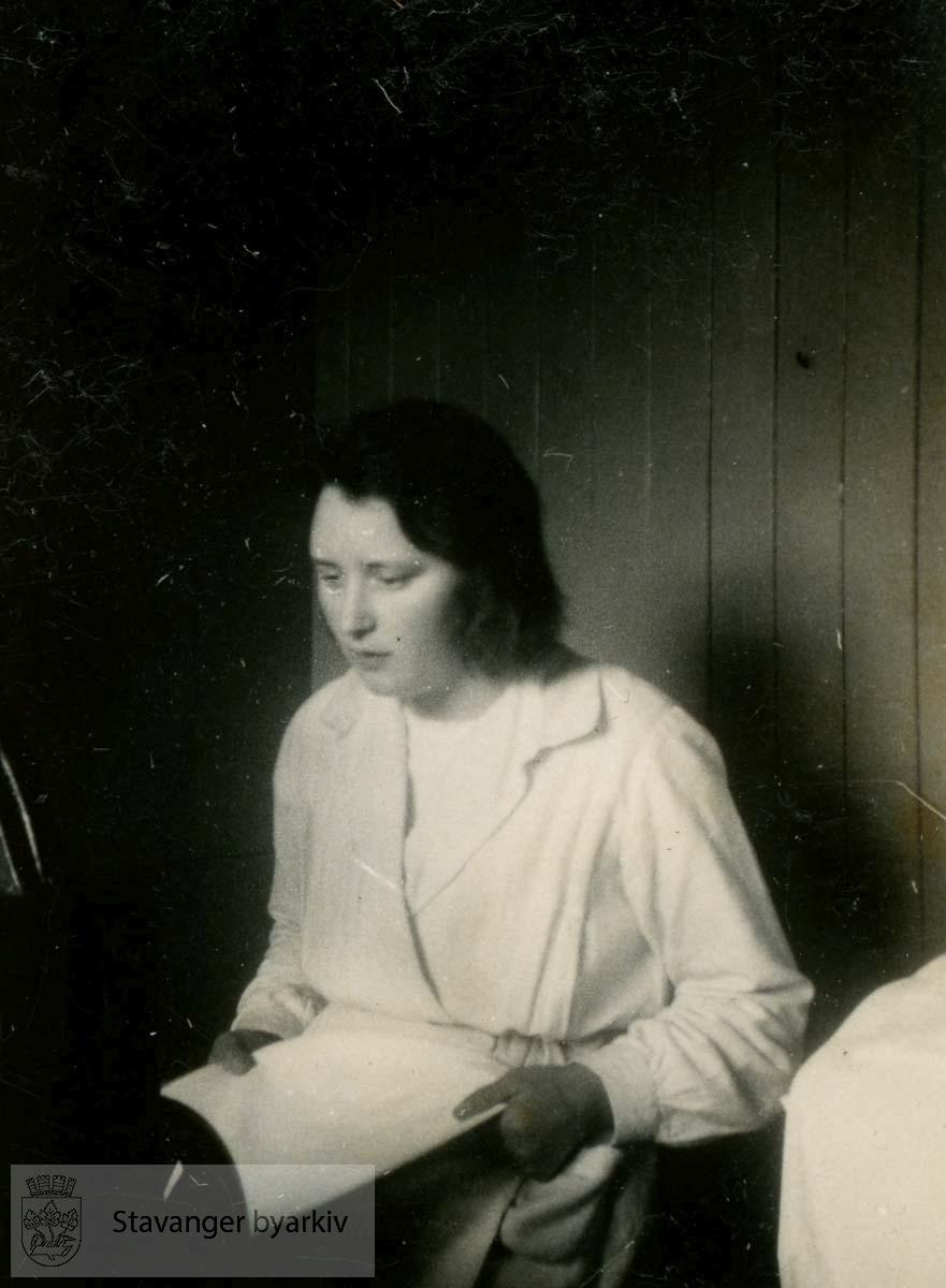 Jenny Lie.Vaskepike...Fra fotoalbum fra Dr. Dahls klinikk. Det tilhørte oversøster Sigrund Olsen. Dr. Eyvin Dahl drev klinikk i Birkelandsgata 2 i årene 1928-1931. Klinikken ble nedlagt da det ikke var mulig å få offentlig støtte. Eyvin Dahl var fra 1937 til sin død i 1962 stadsfysikus i Stavanger. Politisk tilhørte dr. Dahl arbeiderbevegelsens venstre fløy. Etter krigen sluttet han seg til kommunistpartiet.