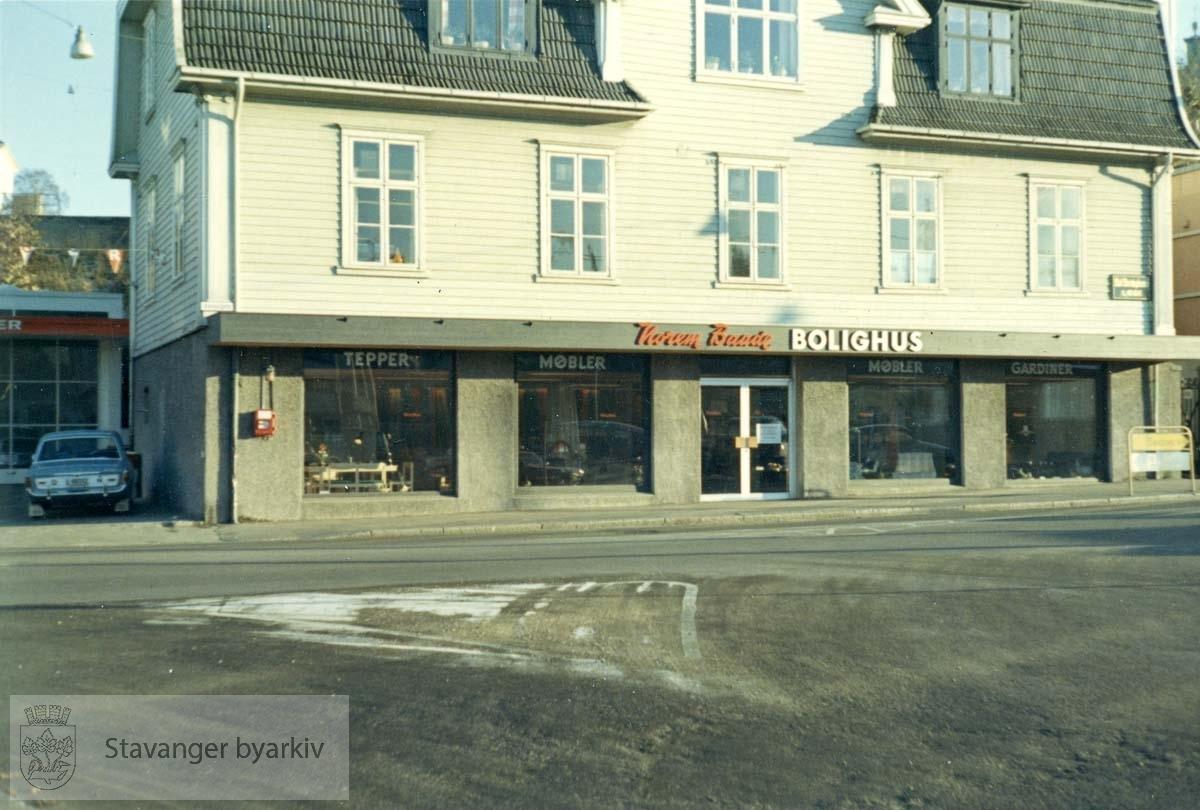 Bolighus var Norem Baades nye filial som åpnet 19.09. 1968. Butikksjef var Bjarne S. Onarheim. Utskilt fra PA293.