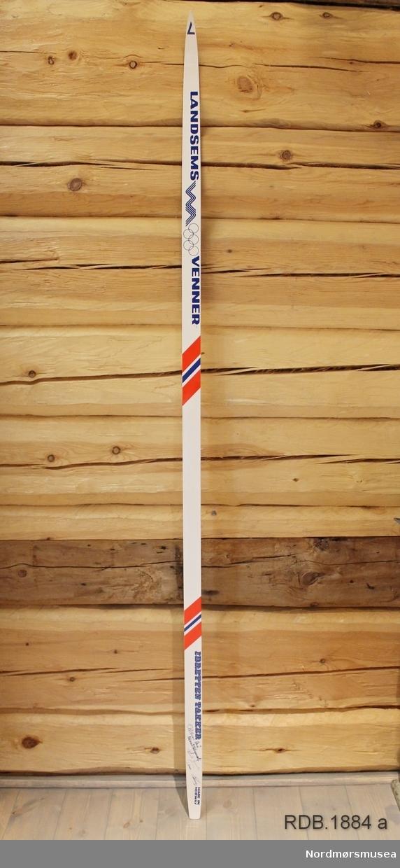 Avsmalende til begge ender. Liten bue. Svært smal bøy uten tupp. Tilspisset med butt ende. Dekorert med skråstilte norske farger.  Dette er et par, og alle opplysninger og innsrkfter gjelder begge ski.