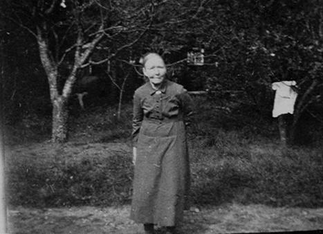 Ett digitalt fotografi på Maria Kristina Johansson.  Maria Kristina Johansson, i husförhörslängd kallad Johansdotter, föddes 28 oktober 1859 i Munkebo, Naglums socken, Västergötland. Föräldrarna var torparen Johannes Hansson (1817-1888) och hustrun Anna Katrina Svensdotter (1819-1880). Maria hade två syskon, systern Sofia Charlotta f. 1856 och brodern Carl Alfred f. 1858. Maria flyttade från föräldrahemmet till Vänersborg år 1879 där hon tog tjänst som piga hos lantbrukaren och handlaren Anders Johan Olsson (1846-1923) och dennes hustru OLIVIA Charlotta Pettersson (1854-1936). Maria Johansson kom att kvarstå i familjens tjänst i 62 år, fram till sin död 1941. Familjen Olsson hade gården Långemaden i Frändefors socken, Dalsland, samt fastighet på Residensgatan 19 i Vänersborg. Eftersom gården låg på sjösänkningsmark var där ofta fuktigt. Olivia led av astma och tålde inte klimatet på Långemaden utan fick långa tider vara i Vänersborg. Dessa tider bodde Maria på Långemaden där hon hushållade åt Anders Johan Olsson. Efter makarna Olssons död bodde Maria på Residensgatan 19 tillsammans med makarna Olssons äldsta dotter Helga Olsson (1880-1951). Maria skall enligt uppgift närmast uppfattats som tillhörande familjen då hon tjänat där under en så lång följd av år.  Hon ligger begravd på Strandkyrkogården i Vänersborg i grav nr 6510, intill makarna Olsson.  Gåvan riktad till Vänersborgs museum.
