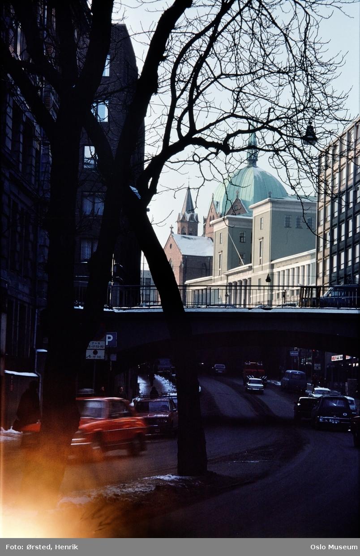 gateløp, biler, trafikk, bru, kontorbygninger, Hovedbrannstasjonen, Deichmanske bibliotek, Trefoldighetskirken