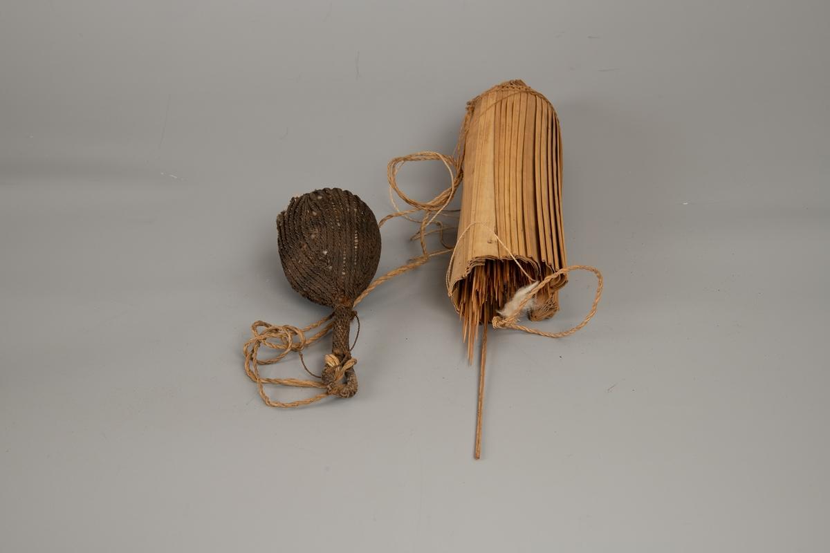 Pilekogger av bambus-spiler, full av piler, et par med bomullsdott i spissen. Tynt flettet tau for feste/oppheng.  Fotografert sammen med tilhørende pose for bomull AAM.19594.D.