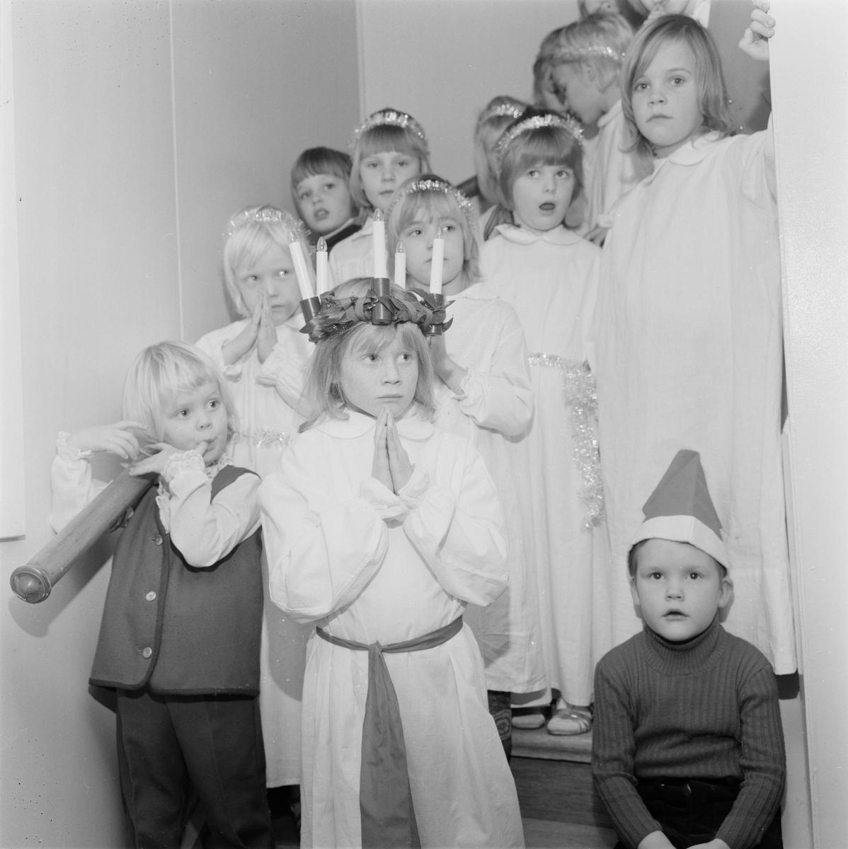Lucia vid kyrkans barntimme, Tierp, Uppland, december 1971