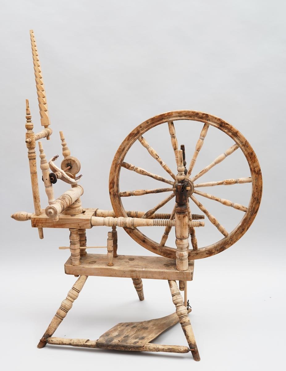 Hjulrokk med horisontalt, dobbelt bryst. Rokkehovud med hakk i (hampekrekse). Tre bein. Trøe. 12 eikar i hjulet. Trøspila er kopi etter originalen (original er skada).