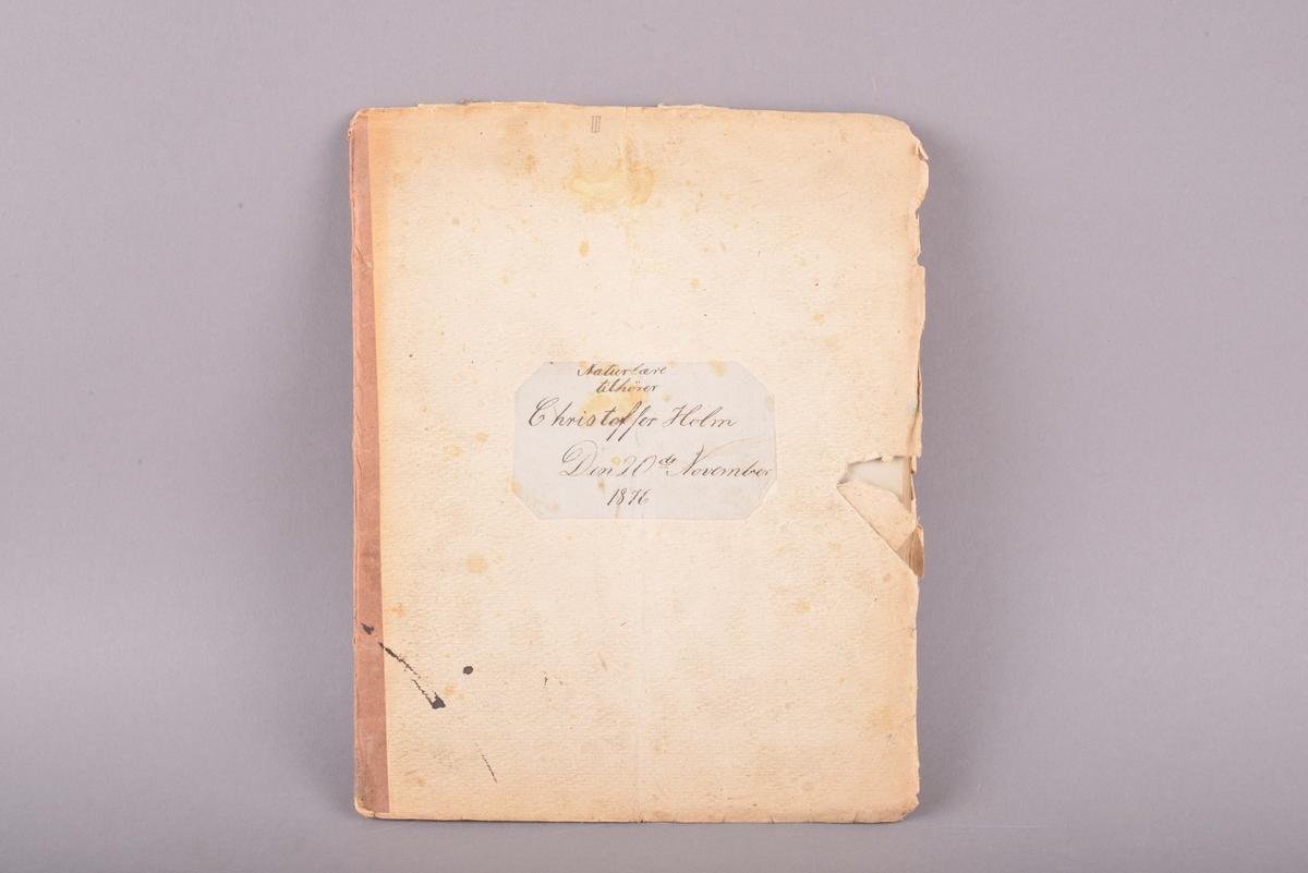 Rektangulært hefte med håndskrevet innhold. Omslag av tykt papir. Sidene er innbundet og festet til omslaget. Ryggen er dekket av et tykkere brunt papir. Llinjerte ark. Håndskrevet tekst gjort med svart blekk.