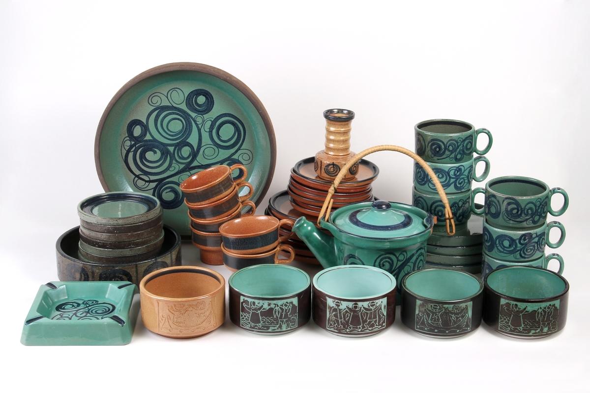 Dekketøy fra Graveren bestående asjett, kopp, underskål, tekanne, skål, lysestake og askebeger med samme dekor.