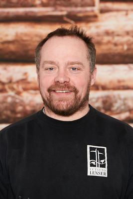 Mann med skjegg kledd i svart Fetsund lenser genser