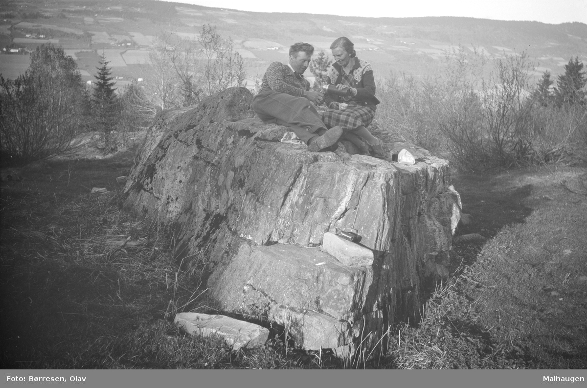 Olav og Hanna Børresen på en stor stein ved Holtsetra, Østre Gausdal