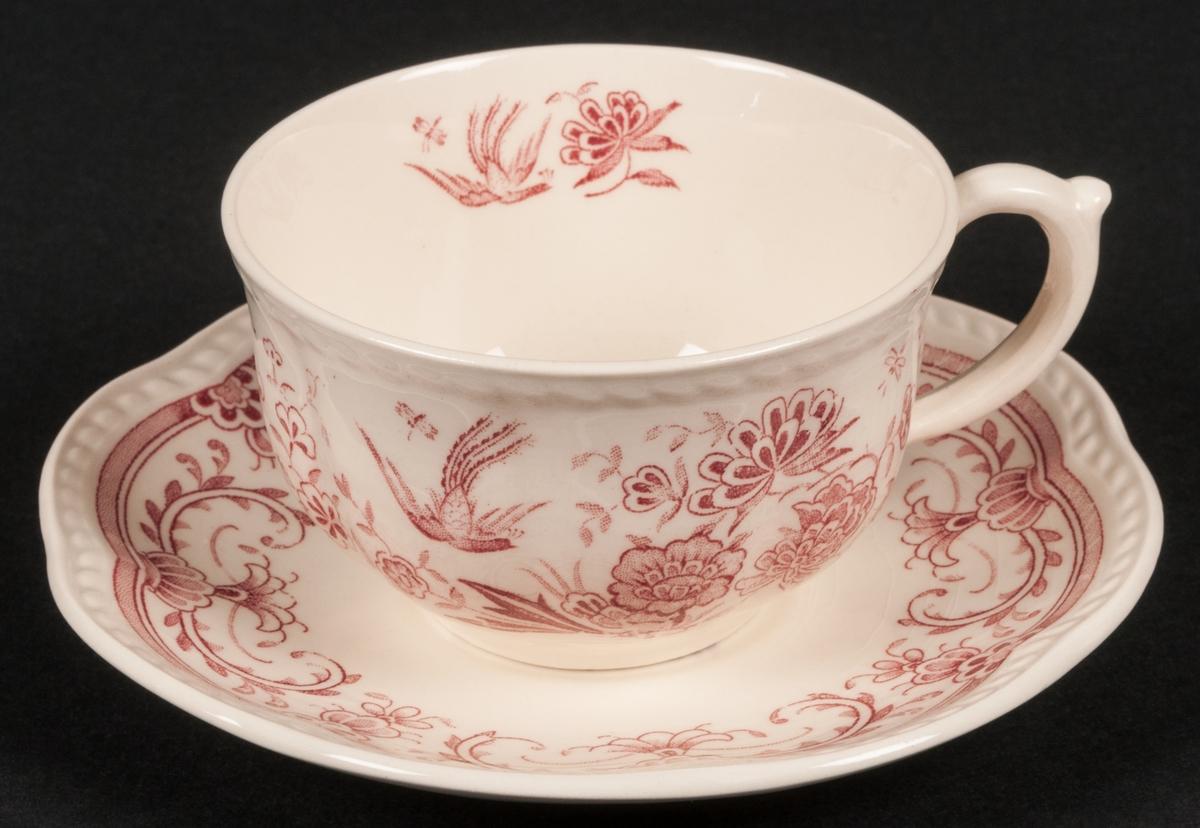 Kaffekopp med fat. Modell N. Dekor: Röd fenix. Dekor i rött, stiliserade blommor och flygande fågel, mot vit botten.