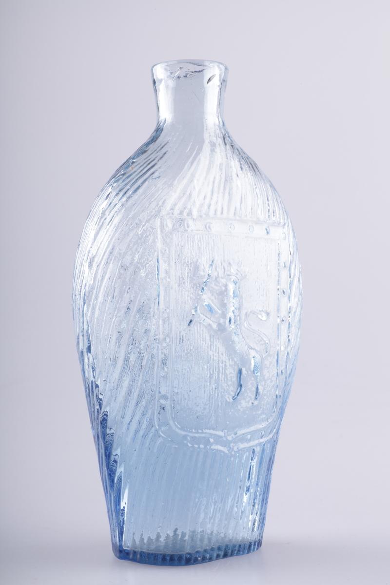 Lommeflaske blåst i form. Oval og noe flat med kort hals. Glasset har et blålig skjær og er dekorert med rifler. En klase vindruer på den ene siden,og den norske løve på den andre siden. Pontemerke i bunnen.